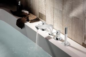 Ensemble de robinetterie de baignoire sur plan avec douchette chromée et blanche de la série O'rama
