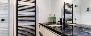 Radiateur sèche-serviette laqué noir brillant de la série H20