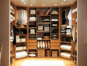 Dressing ouvert avec rangements étagères, tiroirs et penderie en mélaminé merisier